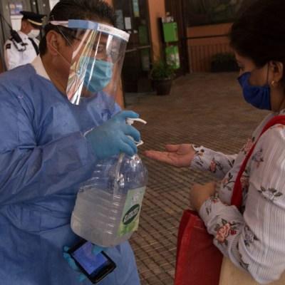 FOTO: Reciben con aplausos a paciente con coronavirus dado de alta en Aguascalientes, el 5 de abril de 2020