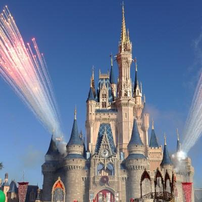Más de 43,000 empleados de Disney World son suspendidos sin sueldo en Orlando
