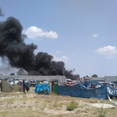Foto: Incendio de corralón en Amozoc, Puebla, deja 50 vehículos quemados, 8 de abril de 2020, (@Corresponsabil4)