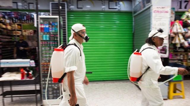 Foto: Personal sanitario limpia mercados en México. Getty Images