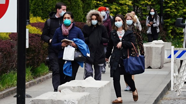 Foto: Un grupo de personas usan cubrebocas en calles de Nueva York, EEUU. Getty Images
