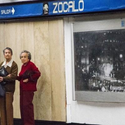 Foto: Dos señoras esperan el convoy del Metro en la estación Zócalo. Cuartoscuro