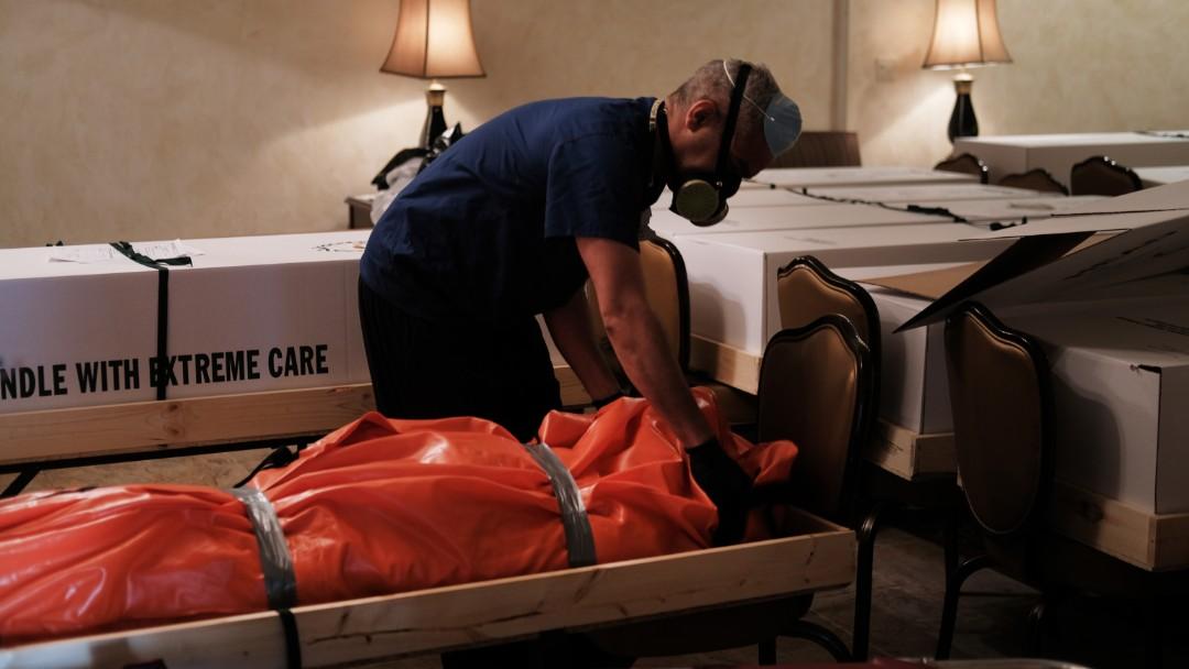 Foto: Una funeraria en Nueva York acumula cuerpos víctimas de Covid-19. Getty Images