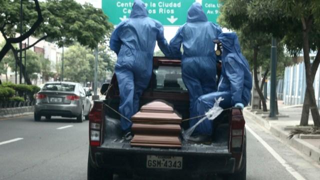 Foto: Los trabajadores del cementerio usan equipo de protección, para transportar los restos de una persona en Guayaquil, Ecuador, 16 abril 2020