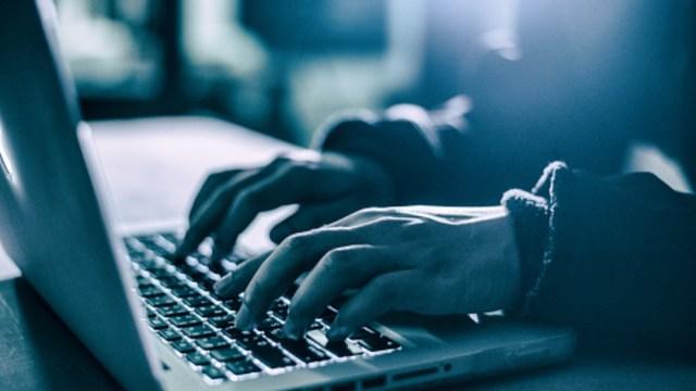 Imagen gráfica de un hacker utilizando una computadora