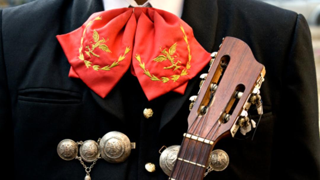 Fotografía que muestra a un hombre vestido de mariachi, 22 abril 2020