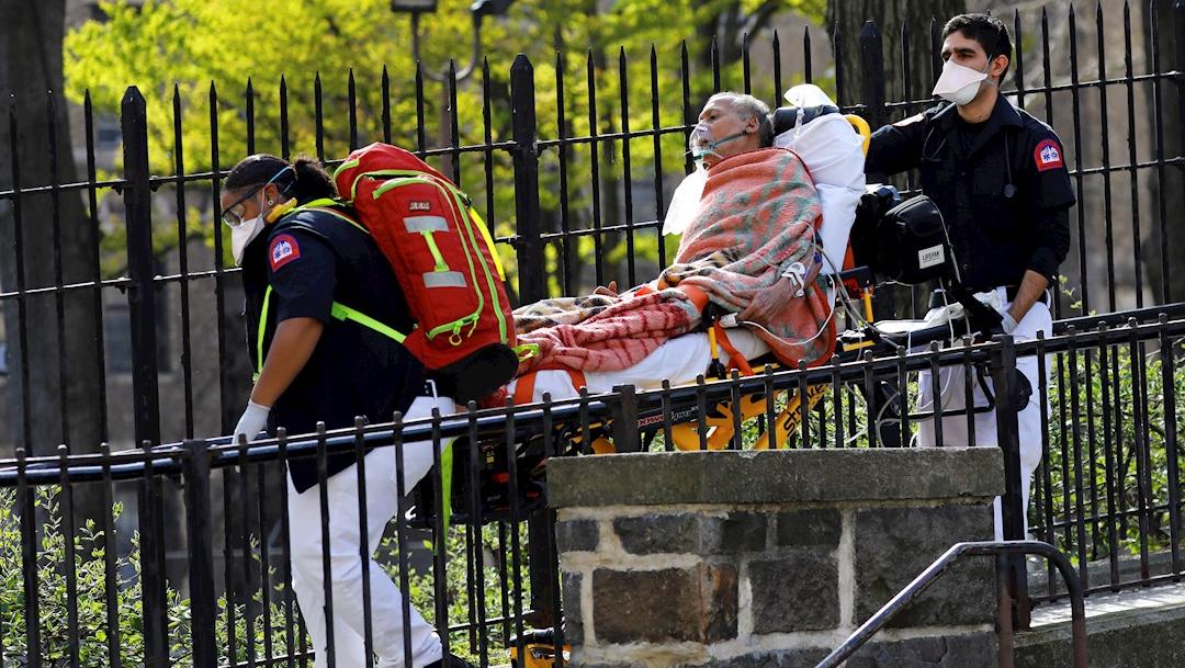 Foto: Paramédicos trasladan a un paciente con coronavirus Covid-19 en Nueva York, 8 abril 2020