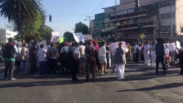 Coronavirus: Personal del ISSSTE bloquea avenida Politécnico