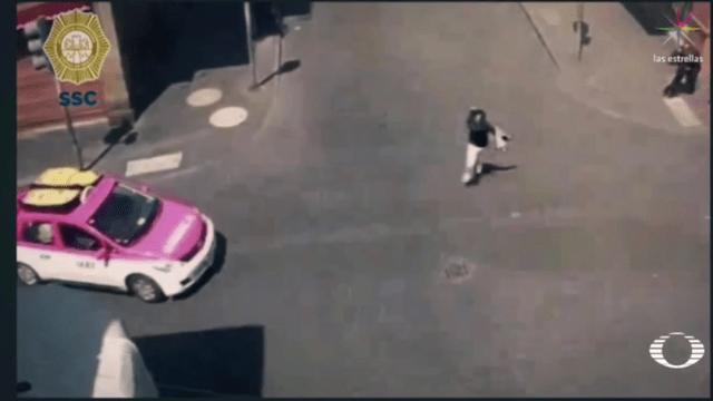 Policía se pone de escudo humano entre asaltante y niños