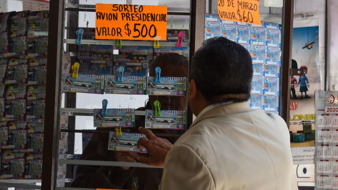 Un maestro jubilado decidió comprar su cachito de lotería para el sorteo del Avión Presidencial., 8 abril 2020