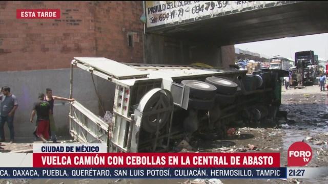 FOTO: 4 de abril 2020, vuelca camion cargado con cebollas en la central de abasto