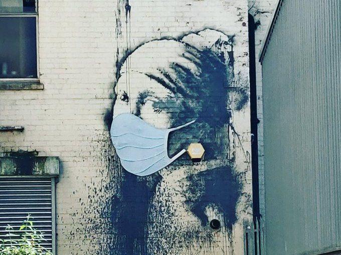 """Foto: Ponen cubrebocas a """"La niña con el tímpano perforado"""" de Bansky, 22 de abril de 2020, (Twitter)"""