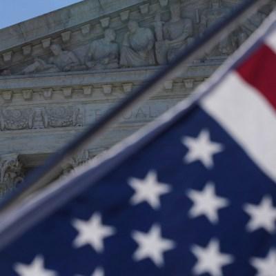 bandera de estados unidos en la suprema corte