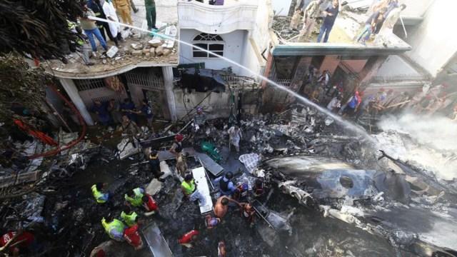 Suman 60 muertos tras estrellarse avión en Pakistán