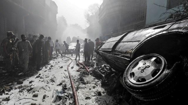 Aspectos del accidente aéreo en Karachi, Pakistán. Reuters