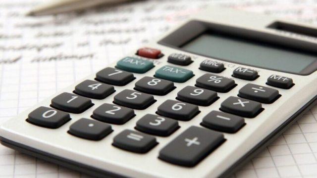 calculadora-sobre-hoja-papel-pluma