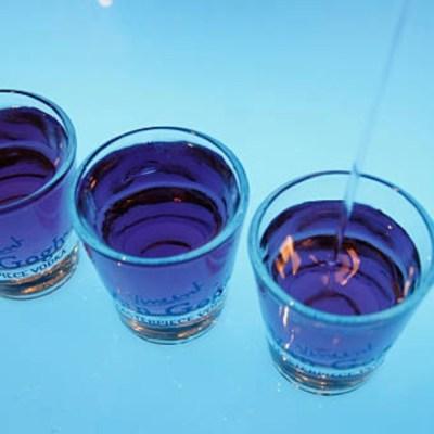 Suman 96 intoxicados y 70 muertos por alcohol adulterado en Puebla