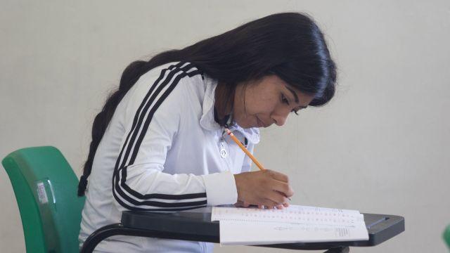 Fotografía de joven estudiante tomando el examen Comipems para bachillerato