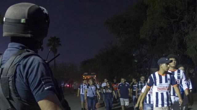 Detienen a aficionado de Monterrey por agresión en partido de futbol