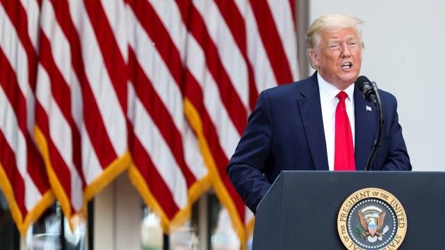 Donald Trump amenaza con 'regular o cerrar' redes sociales tras verificación de Twitter