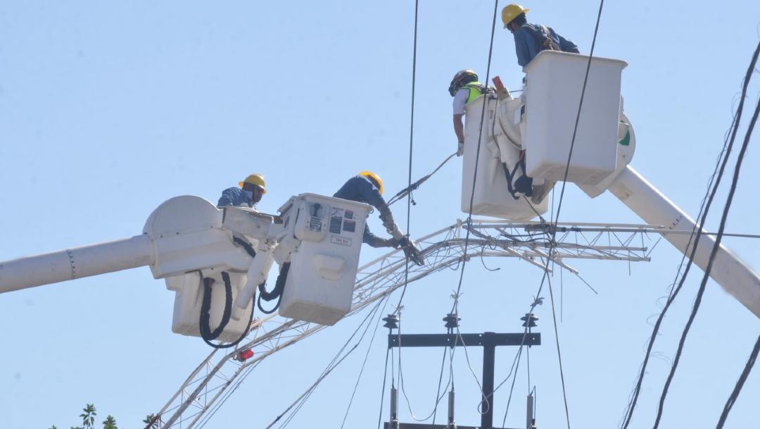 Trabajadores reparan cables de alta tensión. (Foto: Cuartoscuro)