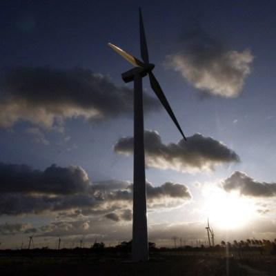 CRE sube tarifas de transmisión eléctrica a empresas de energías renovables
