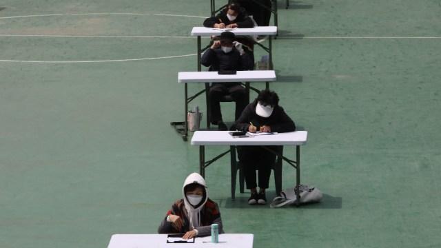 FOTO: Estudiantes de secundaria regresan a clases en Corea del Sur tras cuarentena, el 19 de mayo de 2020