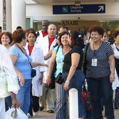 Casi 600 médicos cubanos trabajan en México contra el coronavirus