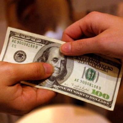 Dólar cierra en 24.46 pesos; BMV cae después de dos días al alza