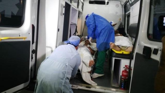 Una ambulancia traslada a las personas intoxicadas por consumir alcohol adulterado. (Foto: @verisimorocha)