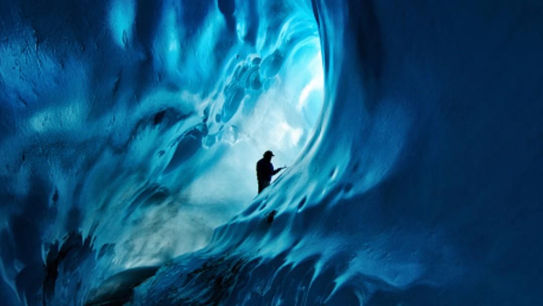 Un investigador toma muestras en un glaciar de Alaska. Getty Images