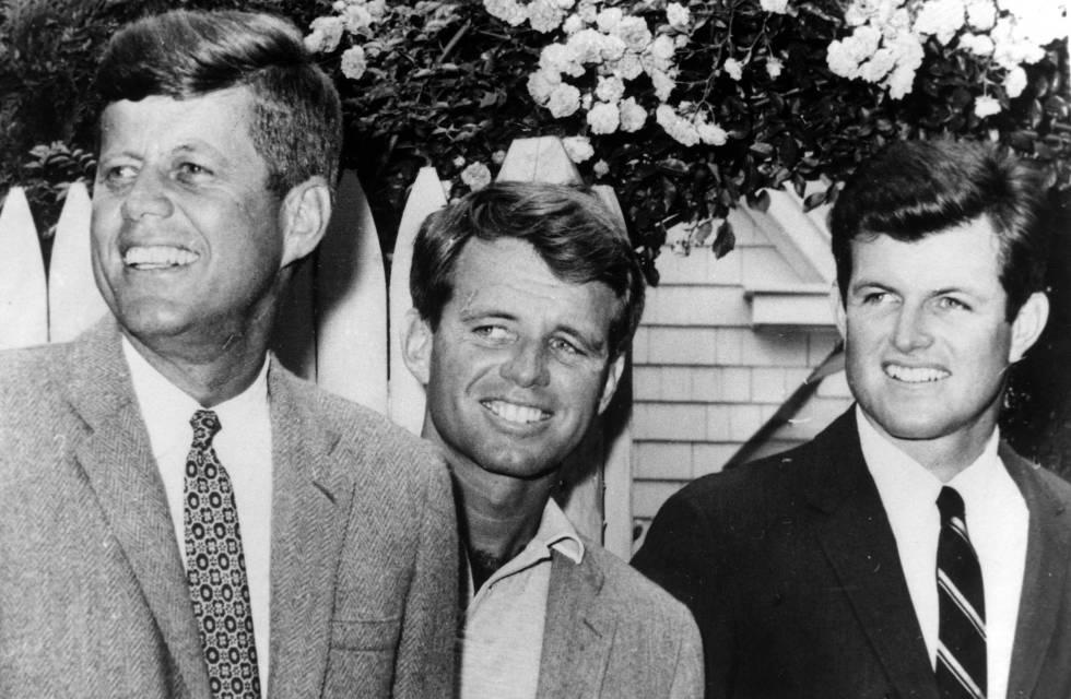 Los hermanos John F. Kennedy y Bobby Kennedy. Fotografía de archivo.