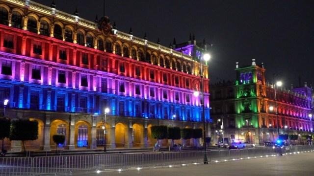 Iluminan monumentos de la CDMX por el Día Internacional contra la Homofobia