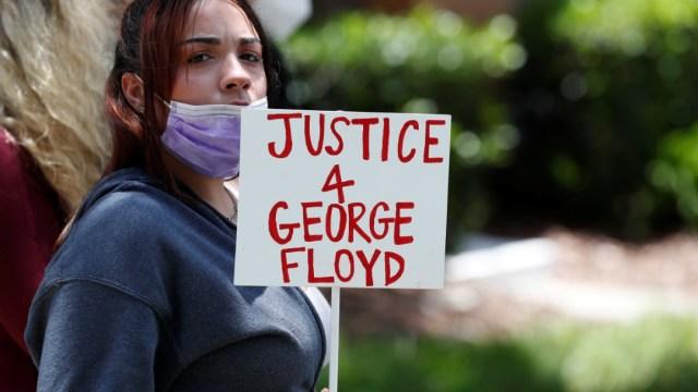 Una mujer protesta por la muerte de George Floyd en Minneapolis, EEUU. Reuters