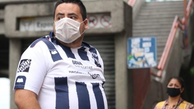 Un aficionado de los Rayados de Monterrey usa cubreboca. Getty Images