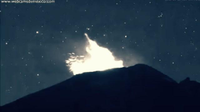 Popocatépetl registra explosión con expulsión de material incandescente