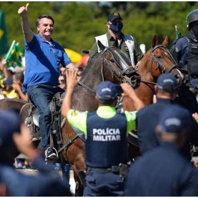 Foto: Miles se congregan en protestas en favor y contra Jair Bolsonaro en Brasil, 31 de mayo de 2020 (Getty Images)