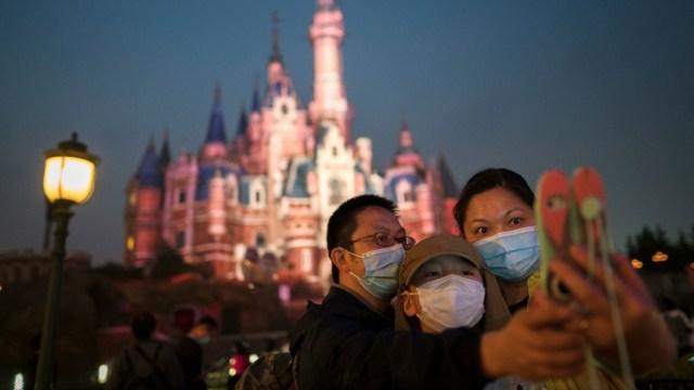Una familia se toma una fotografía en Disneyland de Shanghai. Getty Images