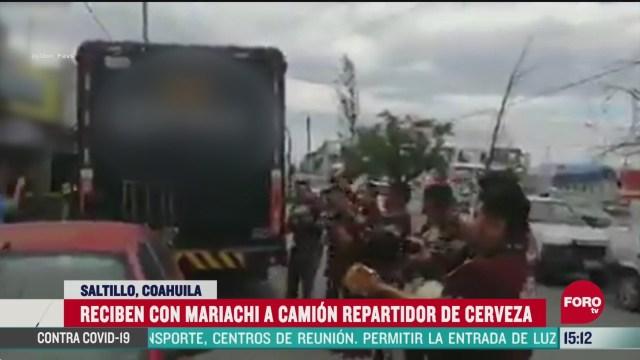 FOTO: reciben con mariachi a camion de cerveza