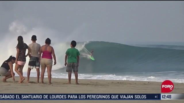 surfistas aprovechan olas gigantes en oaxaca