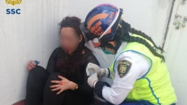 Una policía de CDMX atiende a una mujer que quería suicidarse. SSC
