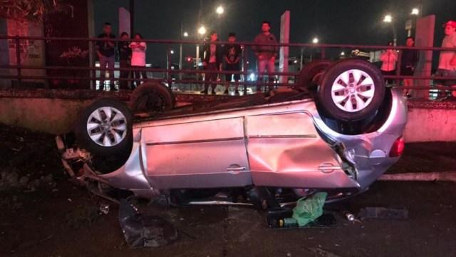 Un vehículo compacto volcó en el cruce de Paseo de la Reforma y Eje 1 Norte, en la CDMX. (Foto: @GaboOrtega73)
