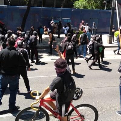 Encapuchados protestan y generan disturbios en embajada de EEUU en CDMX