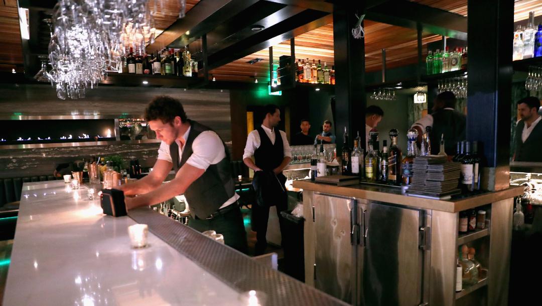 Bar de Estados Unidos, California cierra algunos bares para reducir contagios de COVID-19