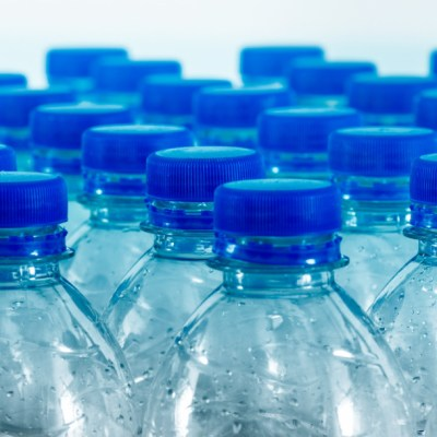 ¿Por qué nunca debes dejar una botella de agua bajo el sol?