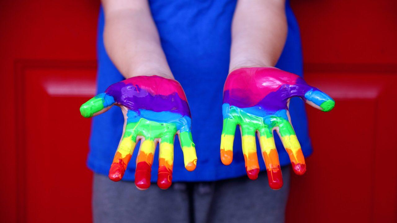 Fotografía manos bandera LGBT discriminación CONAPRED