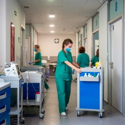 Confirman veintena de casos COVID-19 en hospital de España