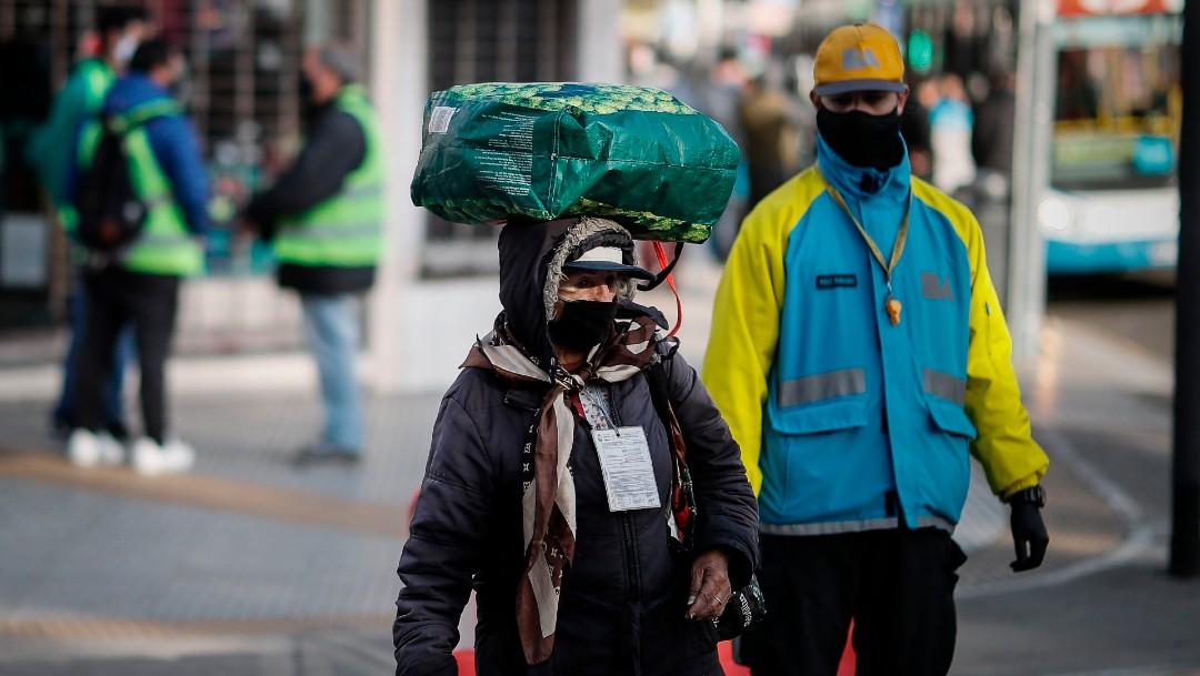 Coronavirus en Argentina, personas con cubrebocas en Buenos Aires