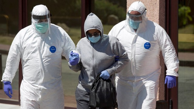 Personal sanitario traslada a una de las personas afectadas por la COVID-19 en Málaga, España.