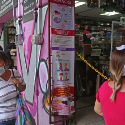 Un grupo de personas espera su turno para entrar a un negocio tras un largo periodo de confinamiento por el coronavirus COVID-19. (Foto: Cuartoscuro)